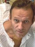 Російський опозиціонер Олексій Навальний заявив, що вже може сам дихати і показав фото