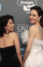 Анджеліна Джолі оголила стрункі ноги на премії