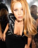 Тіна Кароль вразила сексуальним образом у сукні з відвертим декольте