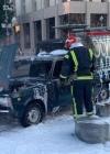 На Хрещатику чоловік облив із каністри авто і підпалив шини (відео)