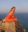 Alyosha вигнулася у сексуальній позі на скелі