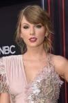 Тейлор Свіфт виграла премію BRIT Awards Global Icon у костюмі розшитому дорогоцінними нитками