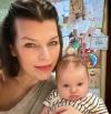 Міла Йовович без макіяжу замилувала світлинами з маленькою донькою