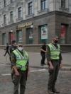 Чоловік захопив банк у центрі Києва і погрожує підірвати бізнес-центр (фото, відео)